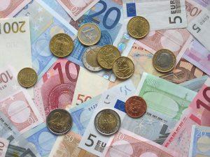 Banknoten und Münzen Krebs und Armut