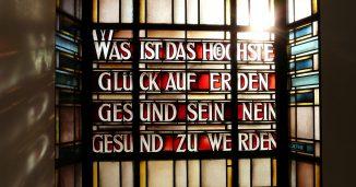 Glasfenster mit Inschrift