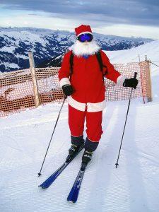 Weihnachtsmann auf Skieren